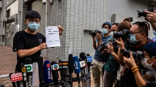 """Tras breve arresto, el activista prodemocracia hongkonés Joshua Wong promete """"seguir la resistencia"""""""