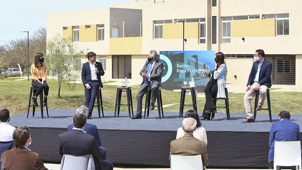 Kicillof junto al Presidente, la ministra María Eugenia Bielsa y una adjudicataria de su nueva vivienda.