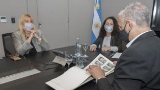 La AFI entregó a Losardo y Pietragalla Corti un álbum de fotos de perseguidos durante la dictadura
