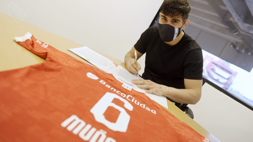 Ezequiel Muñoz firmó su contrato y fue presentado en Independiente