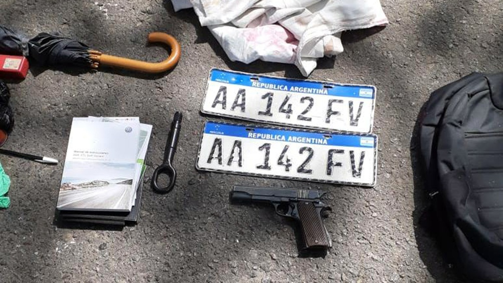 En su poder se halló una pistola calibre 45 y el auto, que era robado y tenía patentes de otro vehículo.