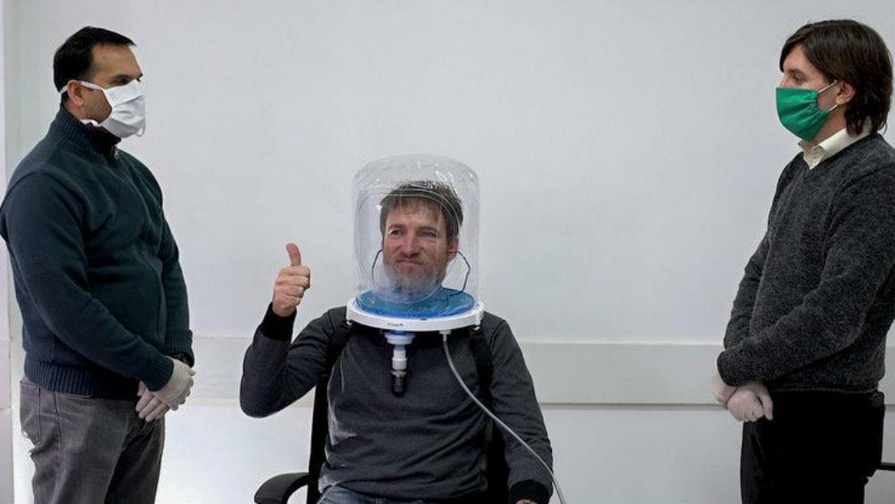 Demostración de un casco de oxigeno.