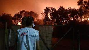 """El incendio de Moria expuso otra vez una """"política cruel que retraumatiza"""" al refugiado, apuntó MSF"""