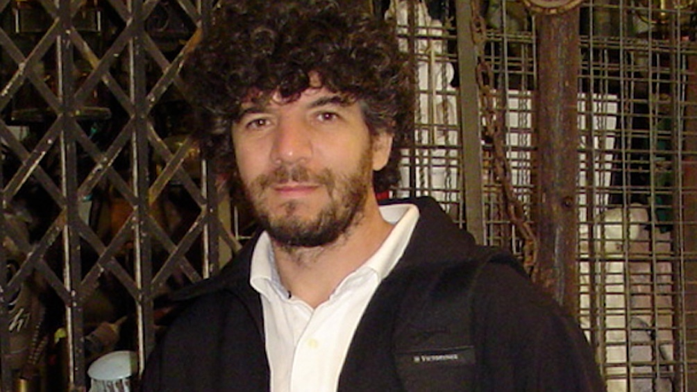 Julio Navarro es profesor en la Universidad de Victoria de Canadá, donde vive y trabaja.