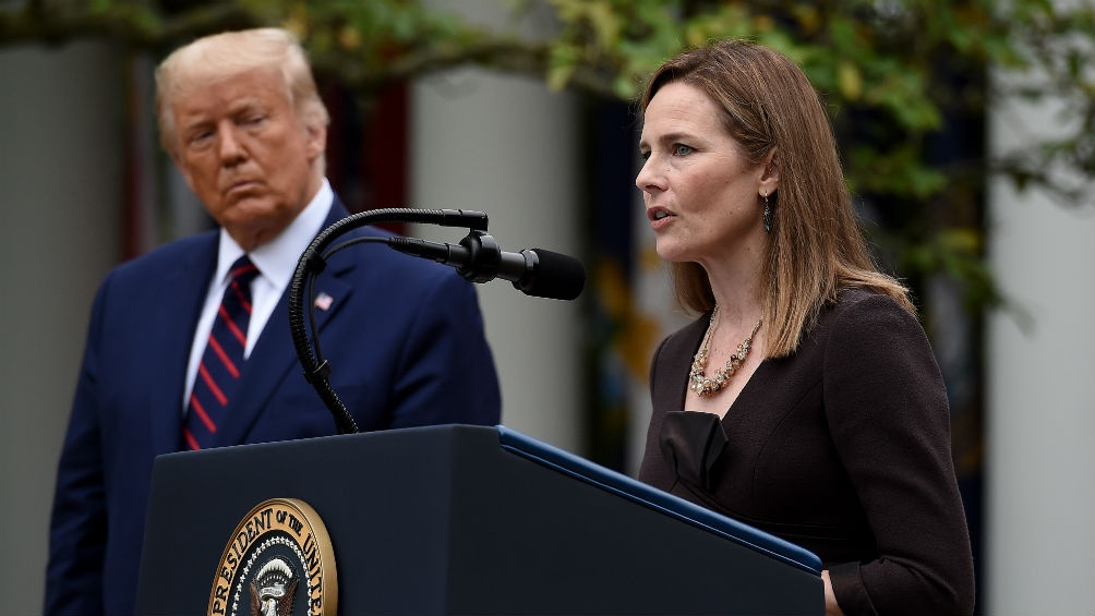 La jueza Amy Coney Barrett y el presidente Donald Trump