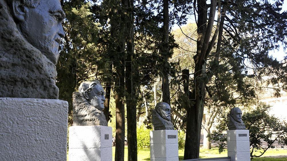 La ciudad cuenta con estatuas de personalidades históricas y políticas, y otras que representan temas mitológicos como Zeus.
