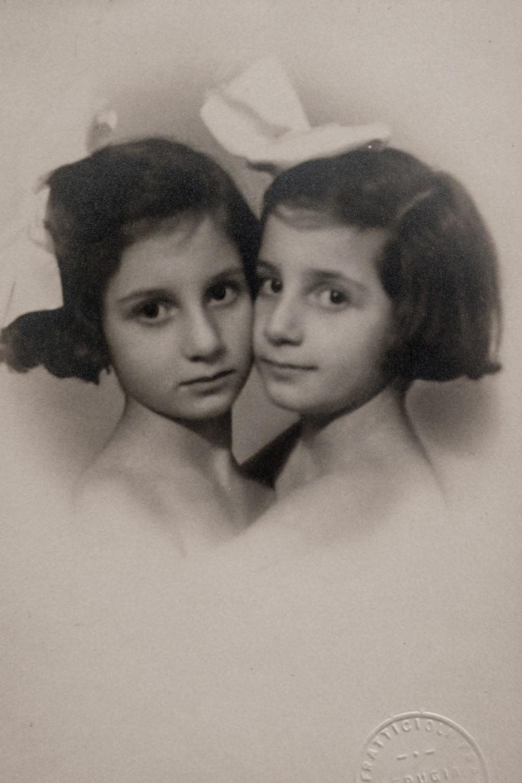 Lorenza con su hermana gemela.