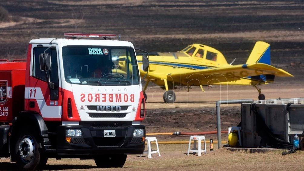 Un grupo de bomberos trabaja en el Aeroclub, los otros frente al fuego y en comunicaciones.