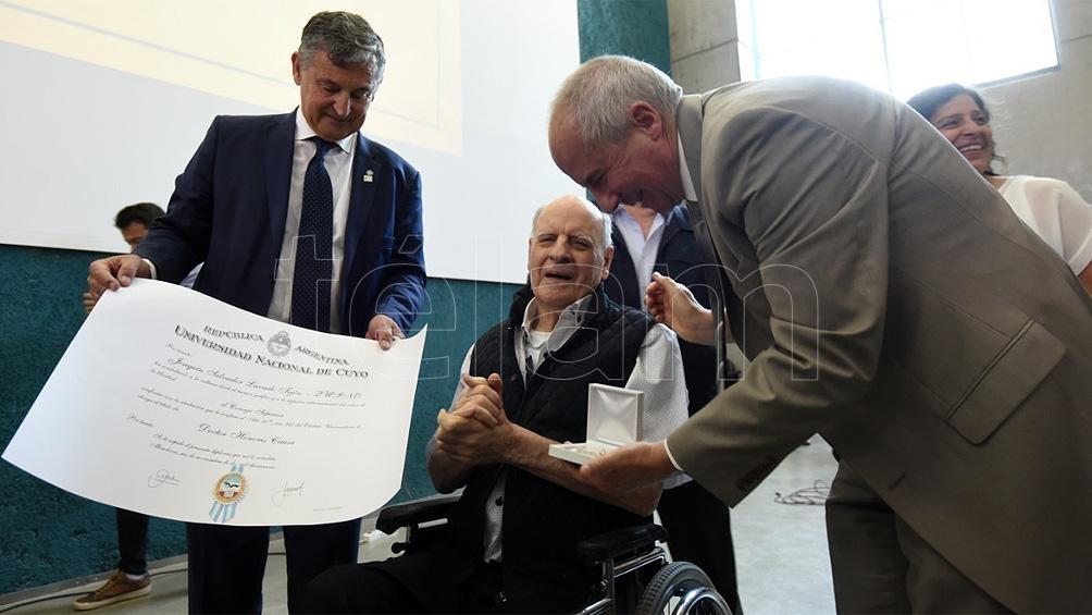 """En 2019, """"Quino"""" fue nombrado Doctor Honoris Causa por la Universidad de Cuyo."""