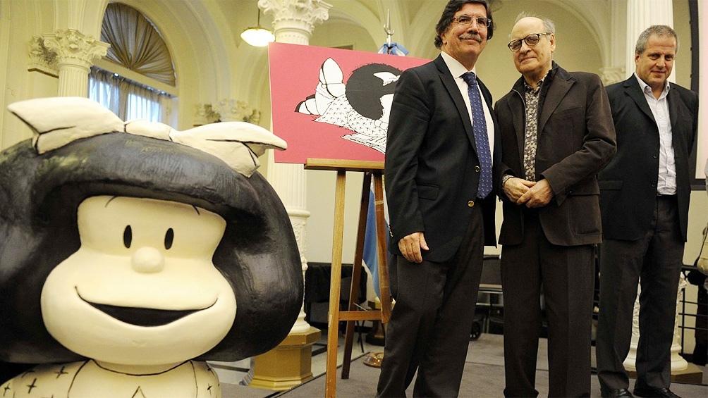 En la foto el dibujante y humorista gráfico era homenajeado por el exministro de Educación, Alberto Sileoni, en 2014.