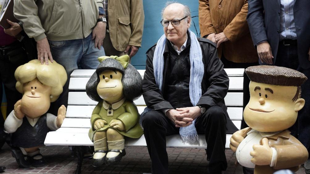 Quino junto a Mafalda, ne una esquina del barrio de San Telmo.