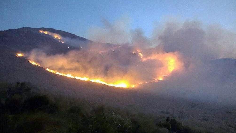 En el sur de Córdoba, 223 bomberos luchan contra el fuego desatado entre las localidades de Las Albahacas, El Chacay, Achiras y Huerta Vieja.