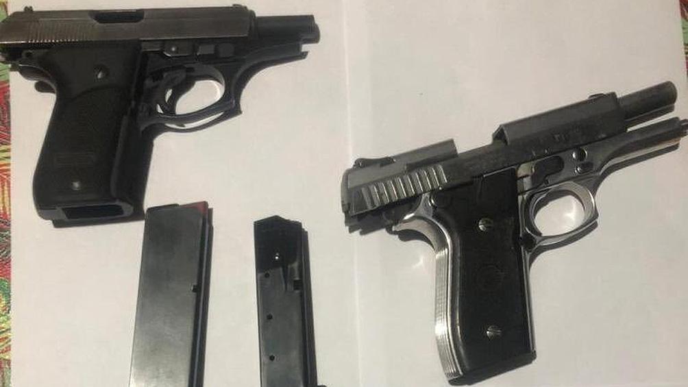 En los operativos se incautaron una pistola Taurus 11.25 (o .45), otra Bersa 380 y un revólver Pasper calibre 22. de interés para la causa.