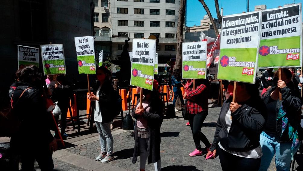 """""""Queremos parques en la Ciudad, no negocios"""", fue la consigna de los manifestantes en la Legislatura."""