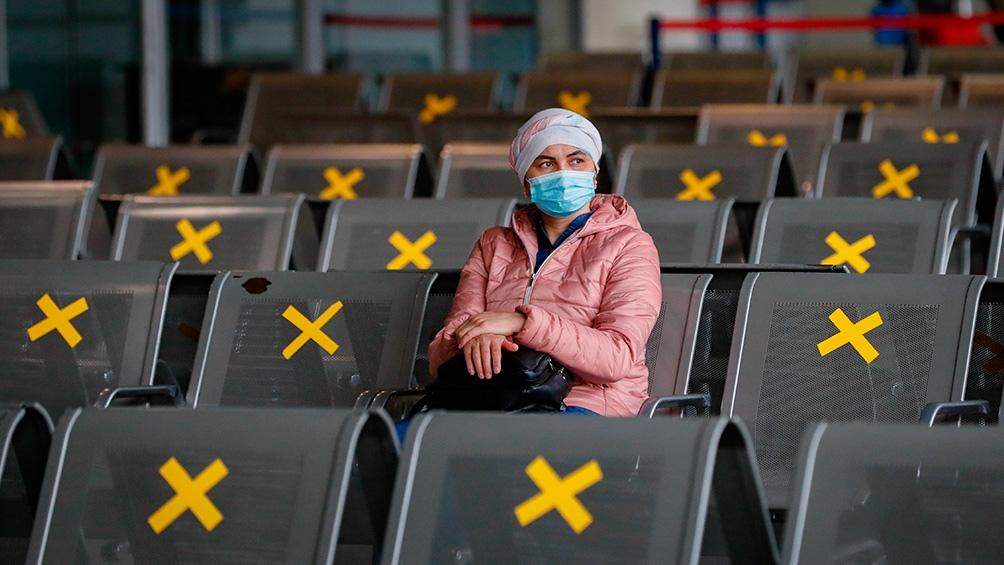 """Un grupo de científicos y médicos publicaron una carta en la revista Science en la que sostuvieron que existe una """"abrumadora evidencia de que la inhalación del coronavirus representa una ruta de transmisión importante para la Covid-19""""."""