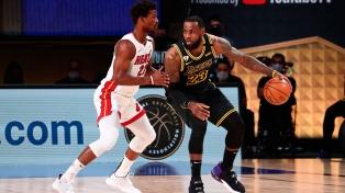 Miami venció a Los Angeles y extiende la final de la NBA