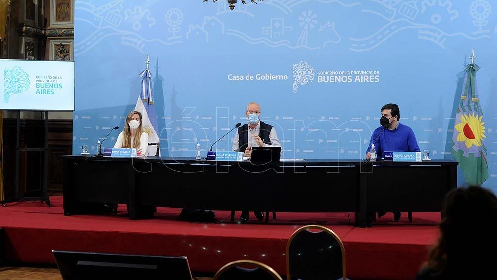 El ministro de Salud, Daniel Gollan y la titular de la cartera educativa, Agustina Vila, estuvieron presentes en el Salón Dorado de la Casa de Gobierno provincial.