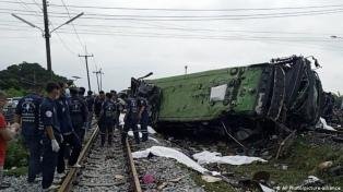 Al menos 18 muertos y 40 heridos al chocar un tren y un micro en Tailandia