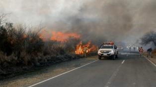 Continúa el combate de un incendio forestal en la zona de Capilla del Monte