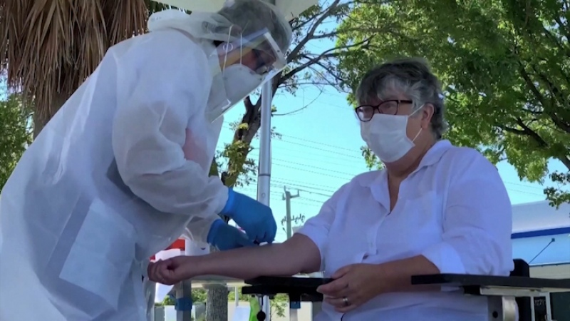 La OMS anunció que los casos de coronavirus en el mundo bajaron un 17% en la última semana