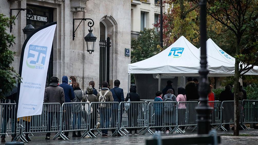Francia: El coronavirus desborda los hospitales y Macron prepara más restricciones