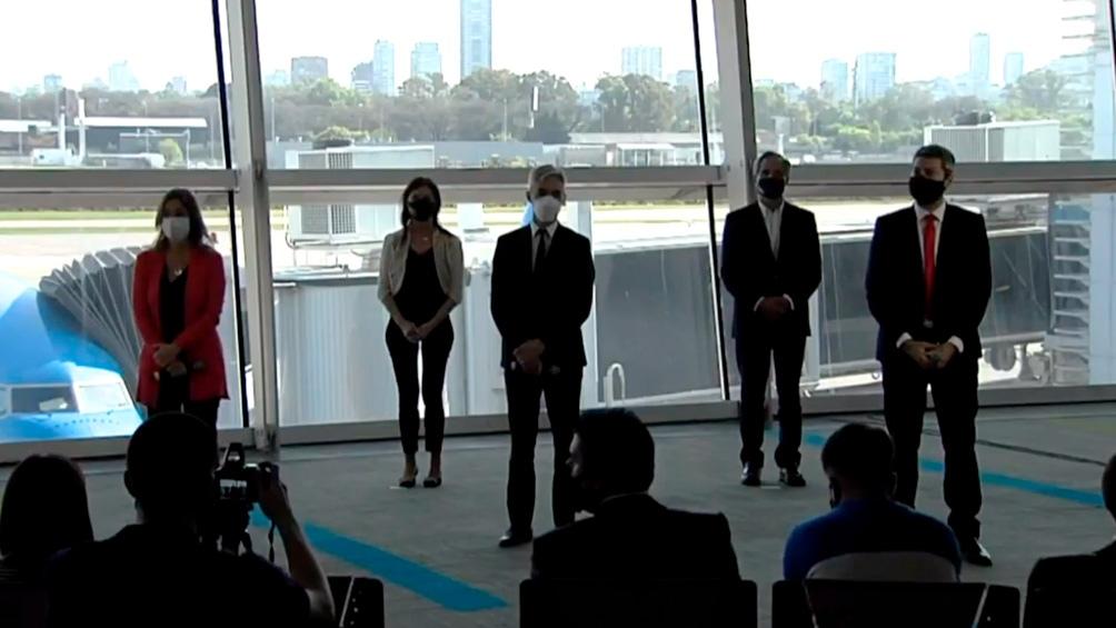 Los ministros, durante el anuncio en Aeroparque.