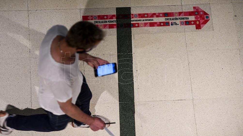 La circulación está señalizada en el piso de modo visible.