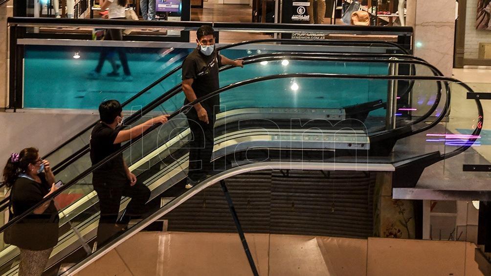 """En las zonas de """"alarma epidemiológica y sanitaria"""", siguen suspendidas actividades de centros comerciales y shoppings."""