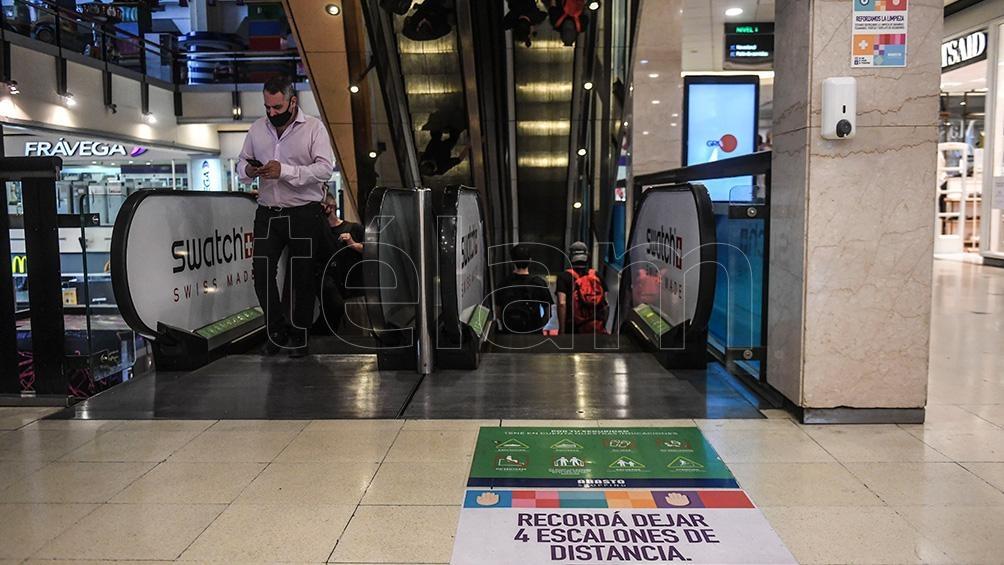 En los grandes centros de compra, las ventas totales a precios constantes alcanzaron un total de 2.272,5 millones de pesos.