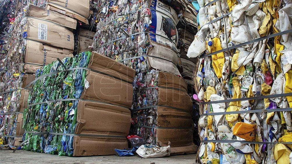 Los plásticos, metales, vidrios, tetrabrik, papel y cartones limpios y secos, se reciclan y se entregan a los recuperadores urbanos.