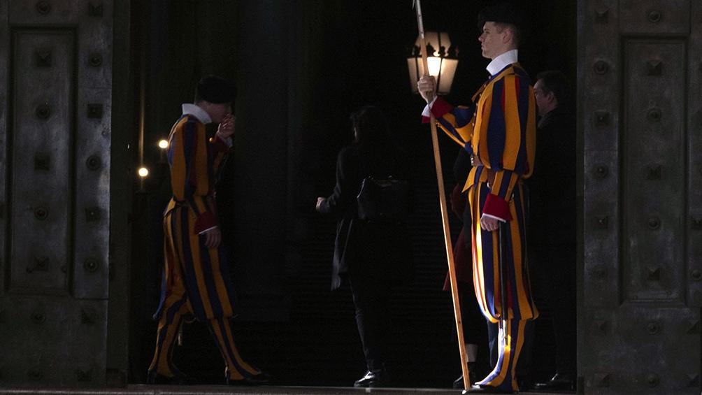La Guardia Suiza custodia los desplazamientos del pontífice