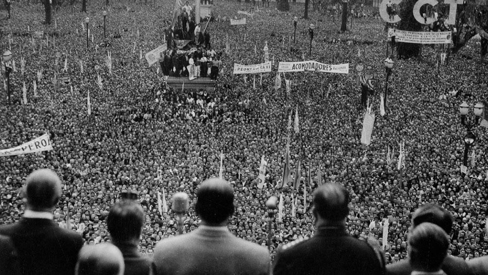 Pasadas las 23, desde el balcón de la Casa Rosada, Perón habla a la multitud y, en un hecho que inaugura la liturgia de su movimiento.