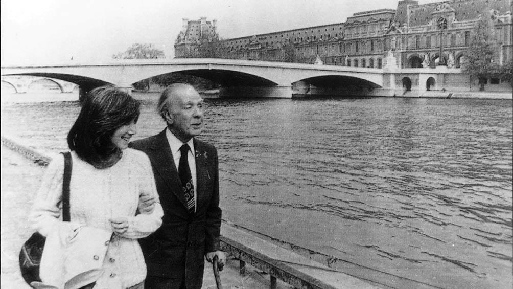 Borges junto a Kodama, quien tipeó el texto que narra la culpa por el cromen de su ancestro.