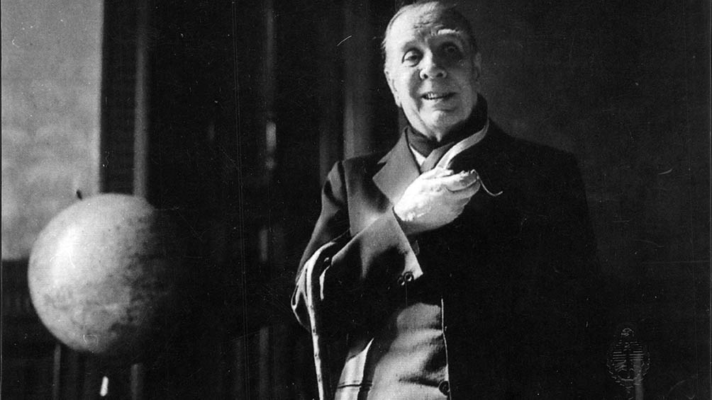 Una rara imagen de Jorge Luis Borges cantando que conserva el Archivo General de la Nación.