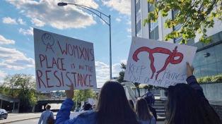 Miles de mujeres marchan contra Trump en EEUU, mientras continúan las filas de votantes por correo