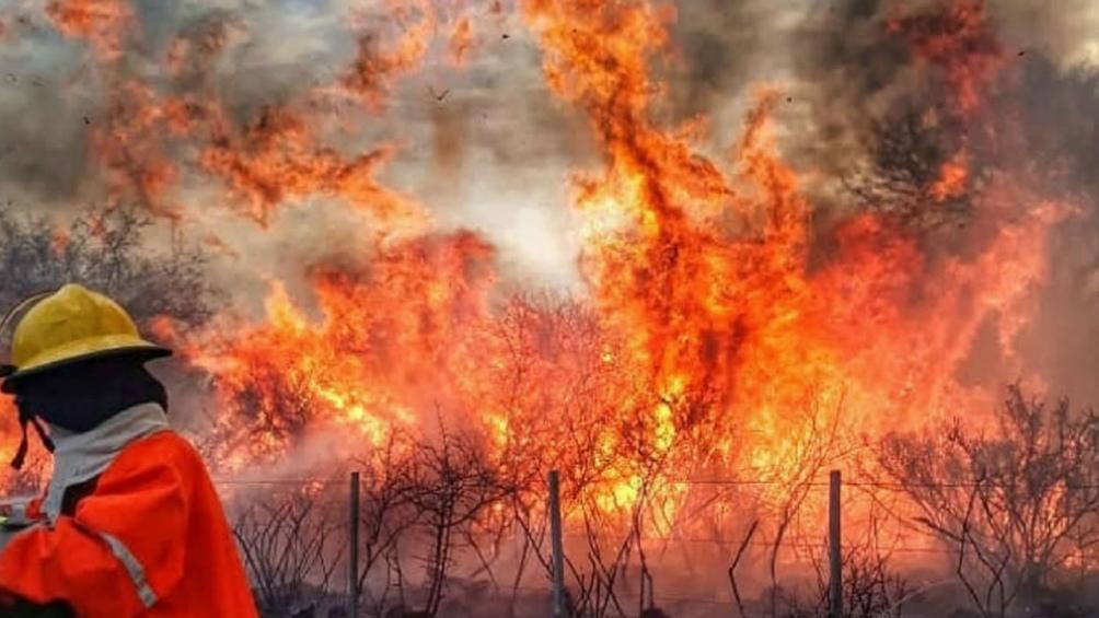 Continúa el combate de un incendio forestal en Capilla del Monte