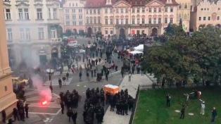 Choques entre manifestantes y la policía en Praga en una marcha contra las medidas por la pandemia