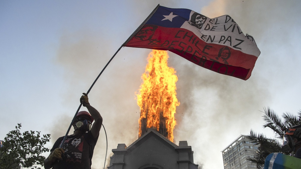 Banderas, batucadas y algunos incidentes en el primer aniversario de las protestas