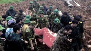 Al menos 22 soldados muertos por deslizamientos de tierra en el centro de Vietnam