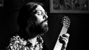 """""""El mundo de los hilos"""": Juan Burton enlaza canciones y personas en su segundo disco"""