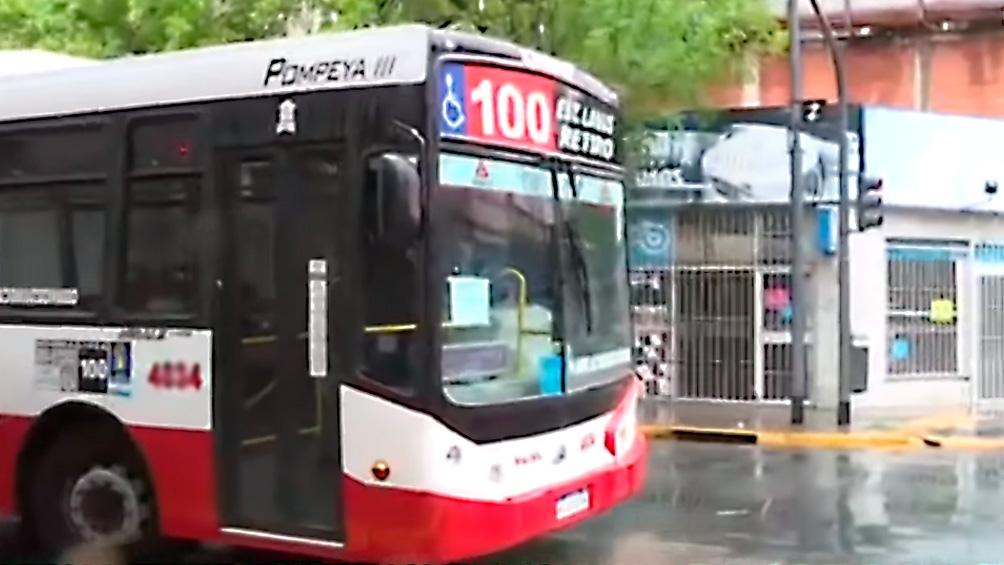 El hecho tuvo lugar a bordo de un interno de la línea 100 que circulaba por la calle Vieytes, entre Quinquela Martín y Suárez