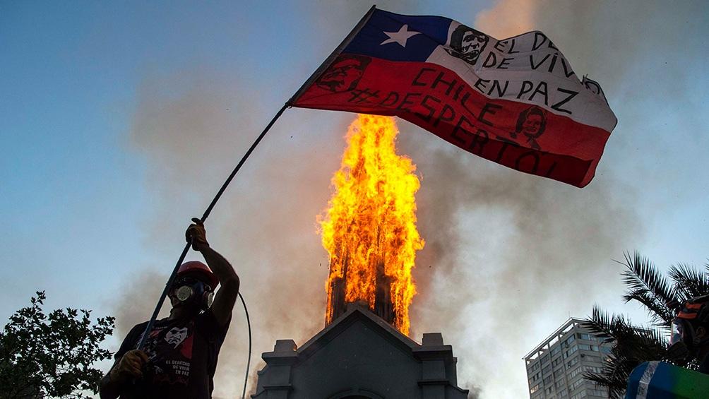 Saqueos y enfrentamiento entre manifestantes y Carabineros registrados el miércoles en el centro de Santiago.
