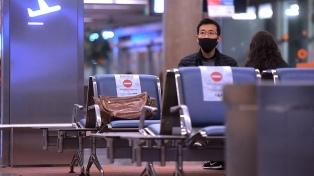 """Mantienen la suspensión de vuelos a Gran Bretaña y piden a los mayores de 60 """"diferir"""" viajes"""