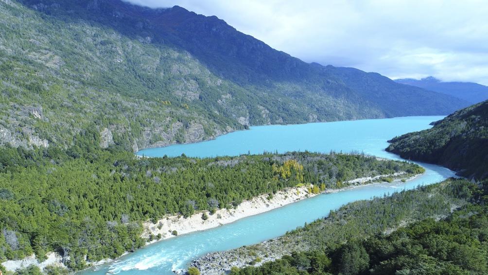 El bellísimo lago Puelo tiene una superficie de 44 kilómetros cuadrados y una profundidad máxima de 180 metros.
