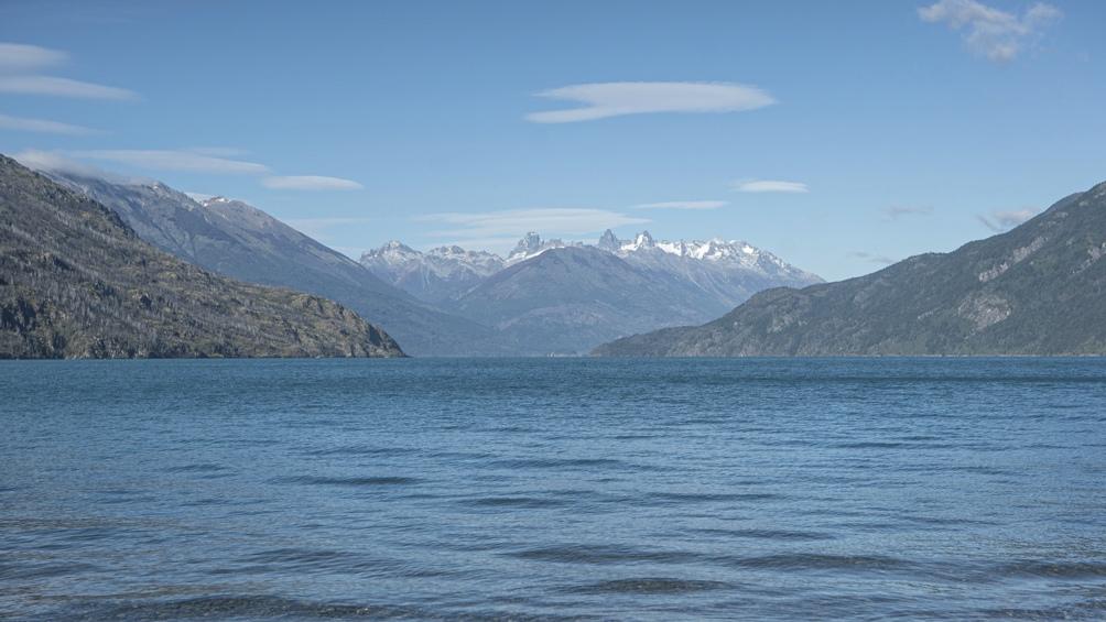 El lago recibe el aporte de los ríos Azul, Epuyén y Turbio.