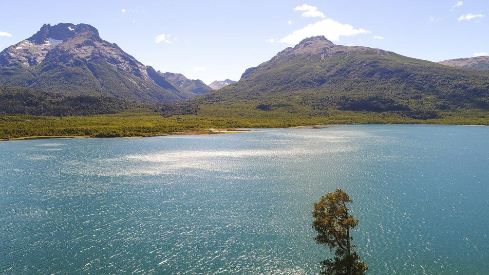 El lago Nahuel Huapi tiene 567 kilómetros cuadrados, una profundidad máxima de 464 metros y varias islas (la más importante, Victoria, con un increíble bosque de arrayanes).