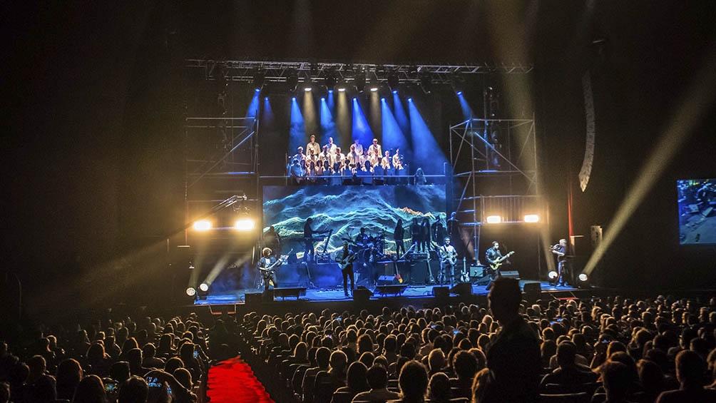 La obra teatral y musical cuenta con una producción con actores, coros, animaciones 3D, 120 músicos en escena.