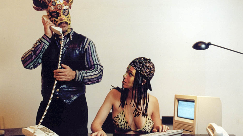Esta performance está a cargo de la artista interdisciplinaria y escritora Coco Fusco y el artista Leandro Katz .