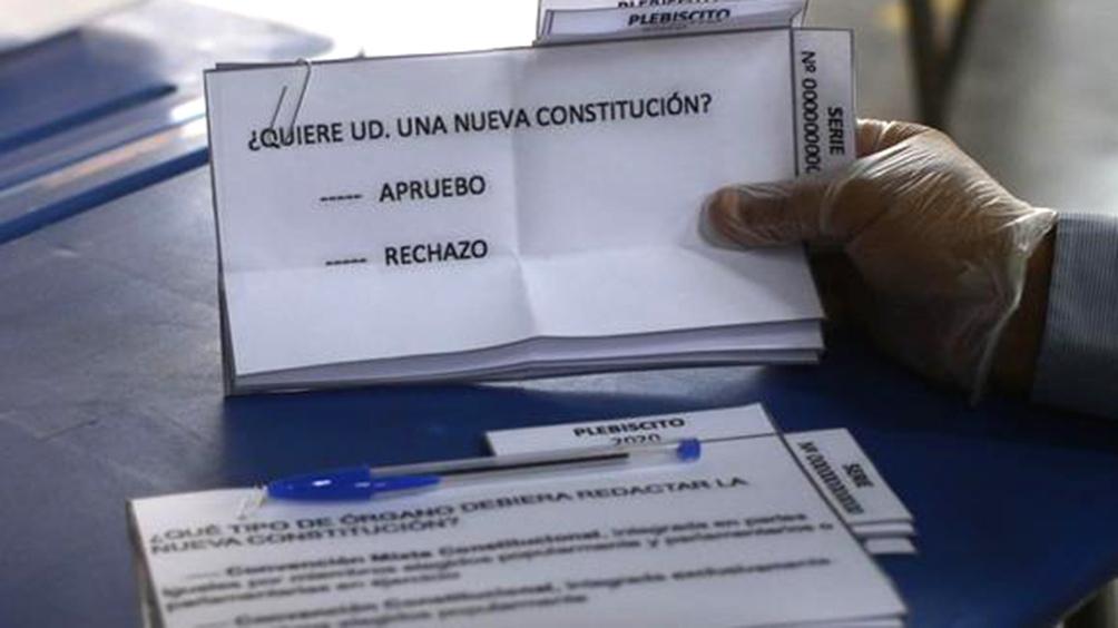 Chile vota para decidir si se reforma la Constitución heredada de la dictadura de Pinochet.