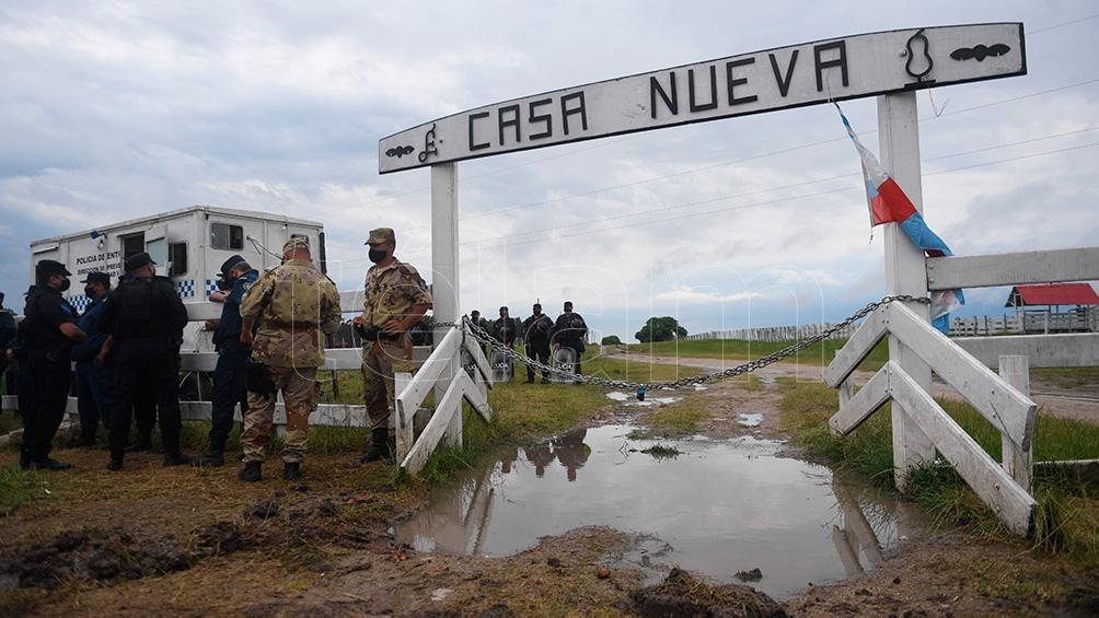 """Unos ochenta policías entrerrianos estaban apostados esta tarde frente a la estancia """"Casa Nueva"""", en Santa Elena."""